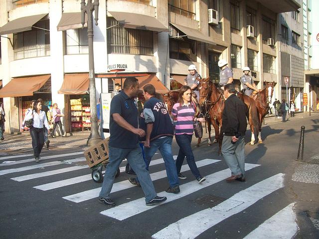 Pedestres atravessando faixa em São Paulo